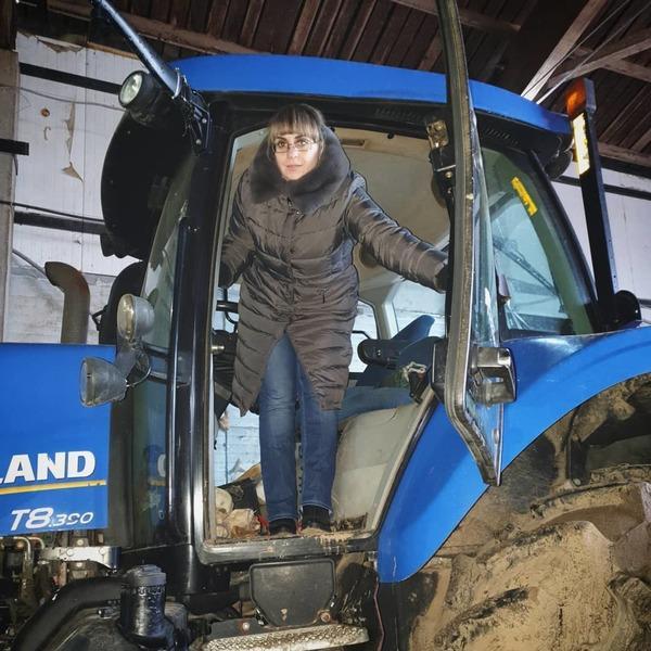 Трактор в гараже после работы