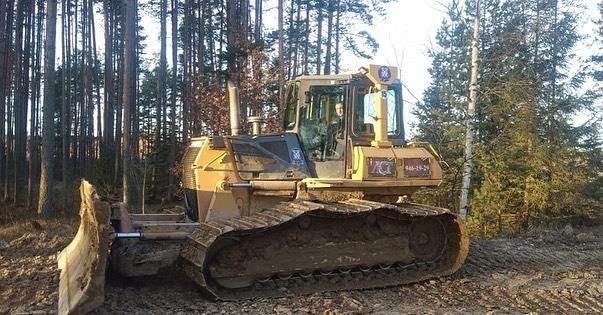 Бульдозер для прокладки дороги в лесу