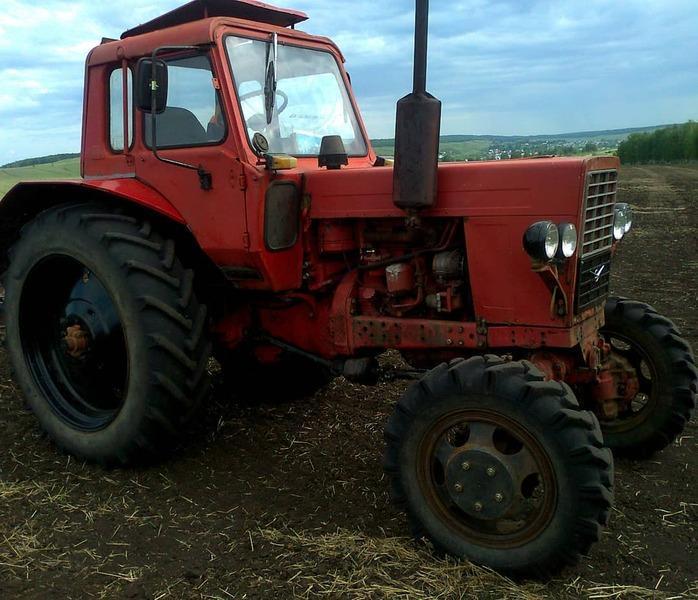 Посев культур на тракторе в поле