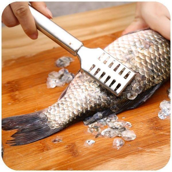 Чистка рыбы на кухне