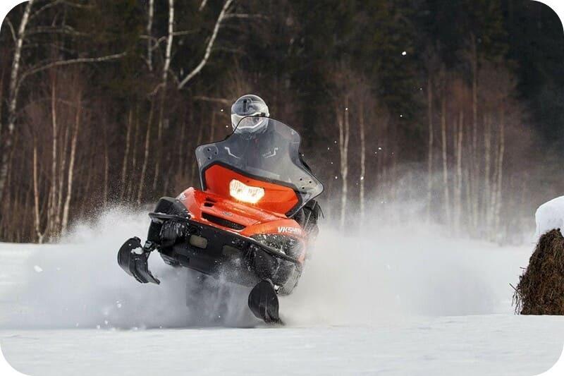 Езда на снегоходе Ямаха зимой