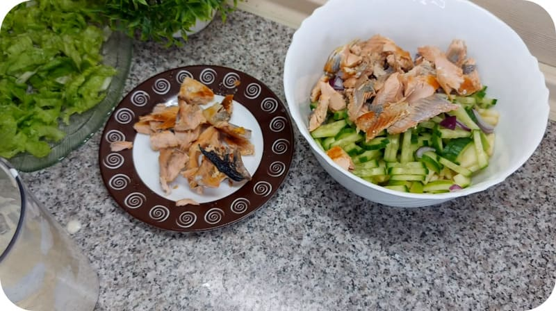 Красная рыба с салатом