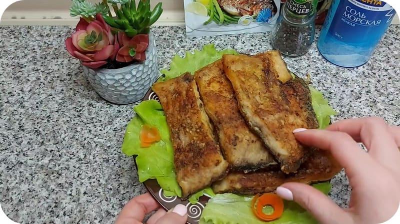 Жаренная рыба с салатом