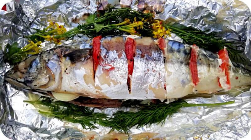 Рыба на углях в фольге к столу