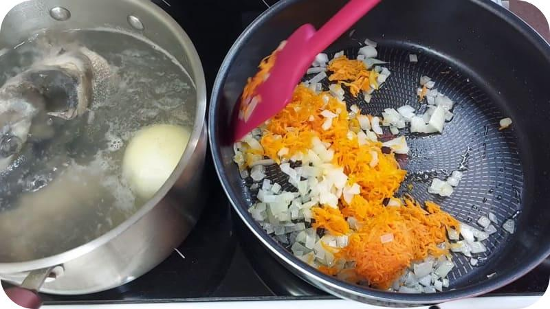 Жарка лука и моркови
